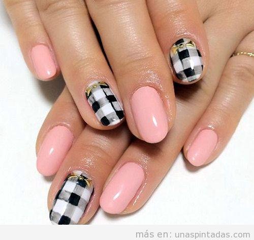 Uñas pintadas de rosa con estampado de cuadros