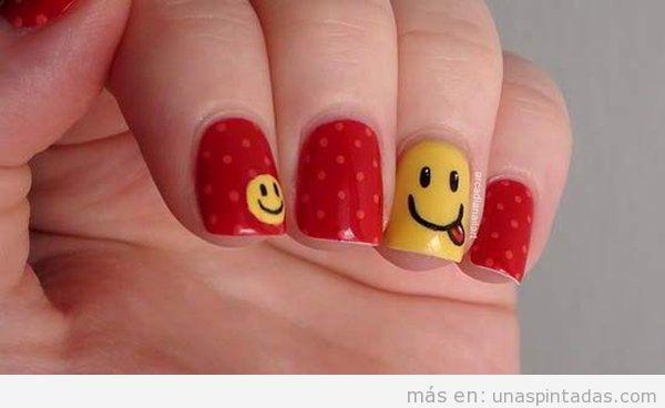 Decoración uñas sencilla con smiley y lunares
