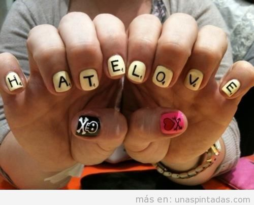 Diseño de uñas estilo Scrabble, love and hate