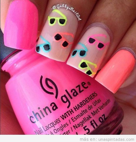 Decoración de uñas para verano con gafas de sol neón