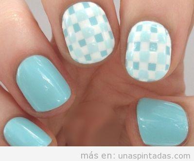 Uñas pintadas azul claro con cuadros