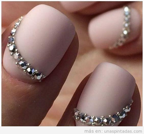 Decoración de uñas con cristales Swarovski en nude elegante