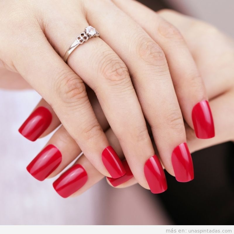 Uñas acrílicas pintadas de color rojo