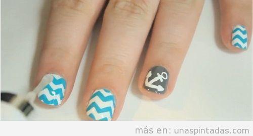 Diseño de uñas con chevrón azul blanco con ancla