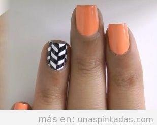 Uñas con chevrón naranja