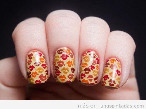 Estampado de uñas con besos en mosaico