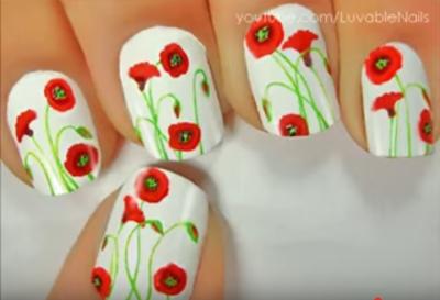 Uñas decoradas con amapolas