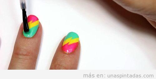 Uñas decoradas con rayos de color neón