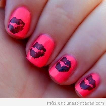 Uñas decoradas con besos coral