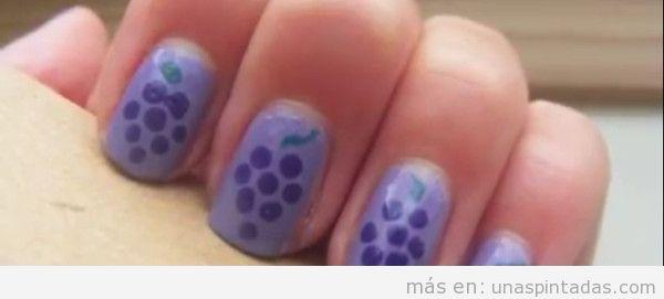 Uñas pintadas con decoración de uvas