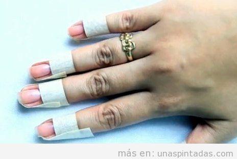 Dedos protegidos con esmalte para uñas pintadas al agua