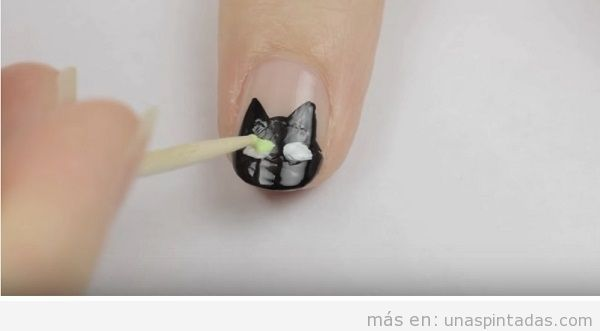 Tutorial cómo dibujar ojos de gato en las uñas, paso 2
