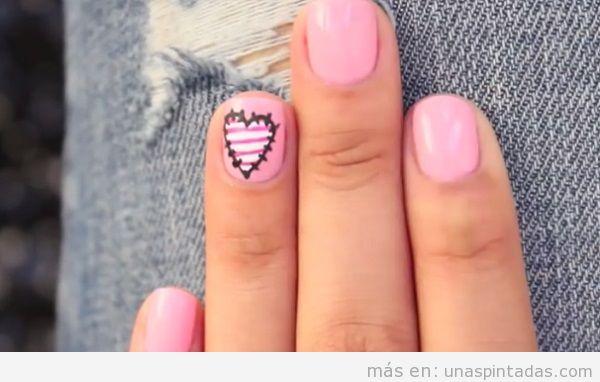 Diseño de uñas San Valentín con corazón de patchwork