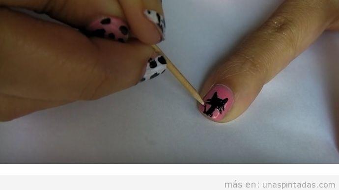 Dibujar gato en las uñas con palito de naranjo