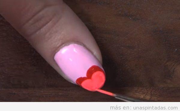 Diseño de uñas San Valentín con corazón color block