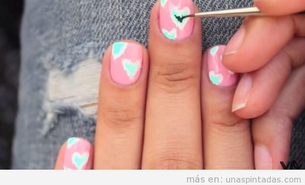 Diseño de uñas San Valentín con corazones