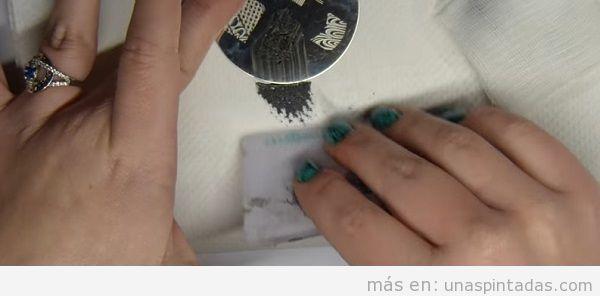 Decoración de uñas estampado piedra turquesa con estampador, paso 1