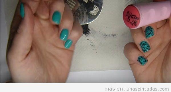 Decoración de uñas estampado piedra turquesa con estampador, paso 2