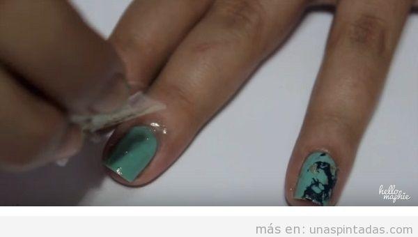 Cómo decorar uñas con piedra turquesa, paso 3