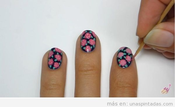 Uñas decoradas con rosa, tutorial paso 3