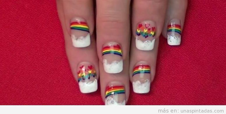 Uñas decoradas con corazones y arcoíris