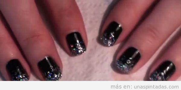 Uñas negras con purpurina plateada