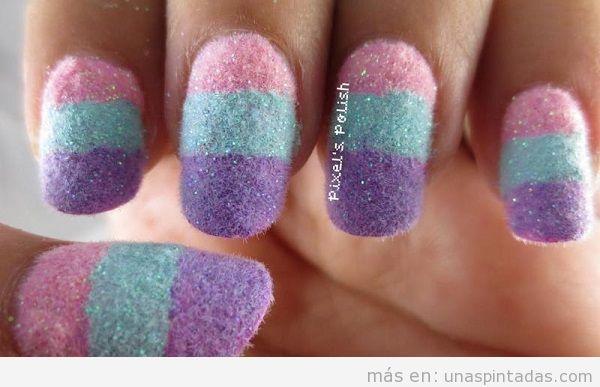 Uñas pintadas con textura de algodón