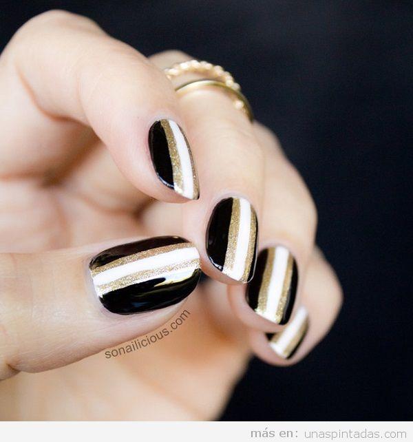 Decoración de uñas dorado y negro