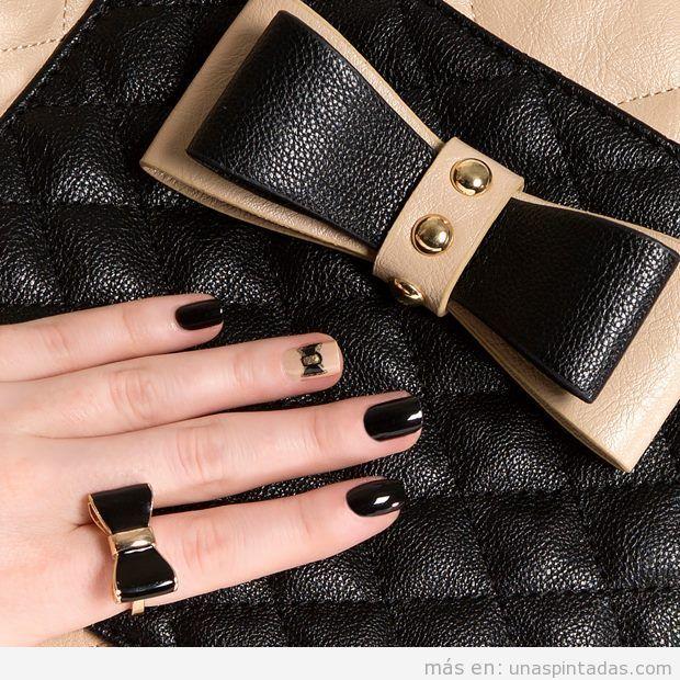 Uñas negras y beige con lazo y bolso a juego