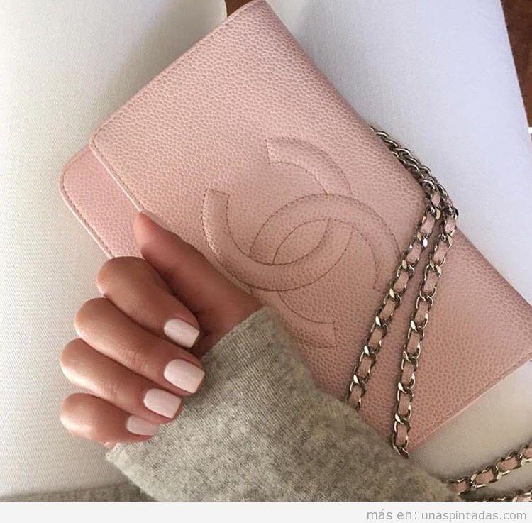 Uñas rosa a juego con bolso de chanel