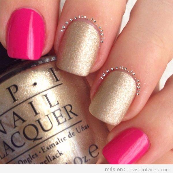 Uñas pintadas de color dorado y rosa