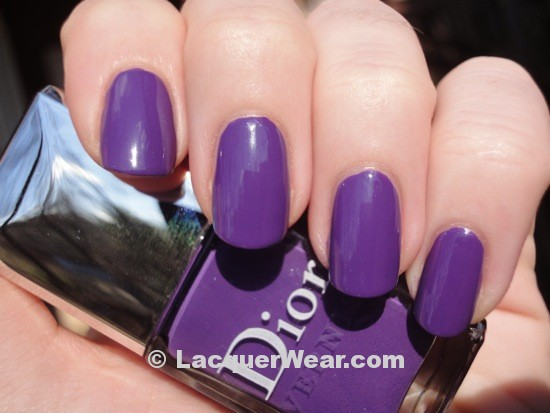 2 Uñas pintadas color Ultra Violet, Pantone año 2018