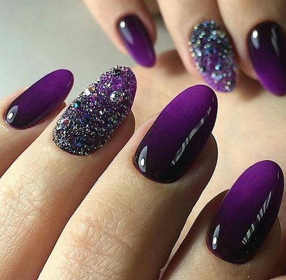 6 Uñas pintadas color Ultra Violet, Pantone año 2018