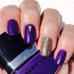 Uñas pintadas de color Ultra Violet, el color Pantone del año 2018