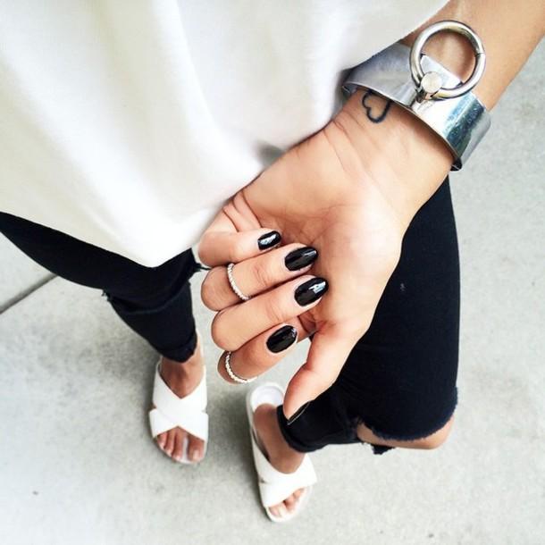 Combinar uñas negras con ropa