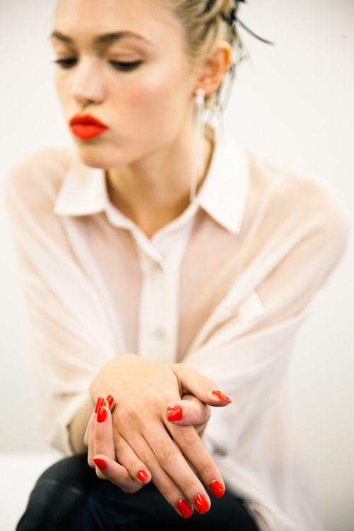 Combinar uñas rojas con ropa